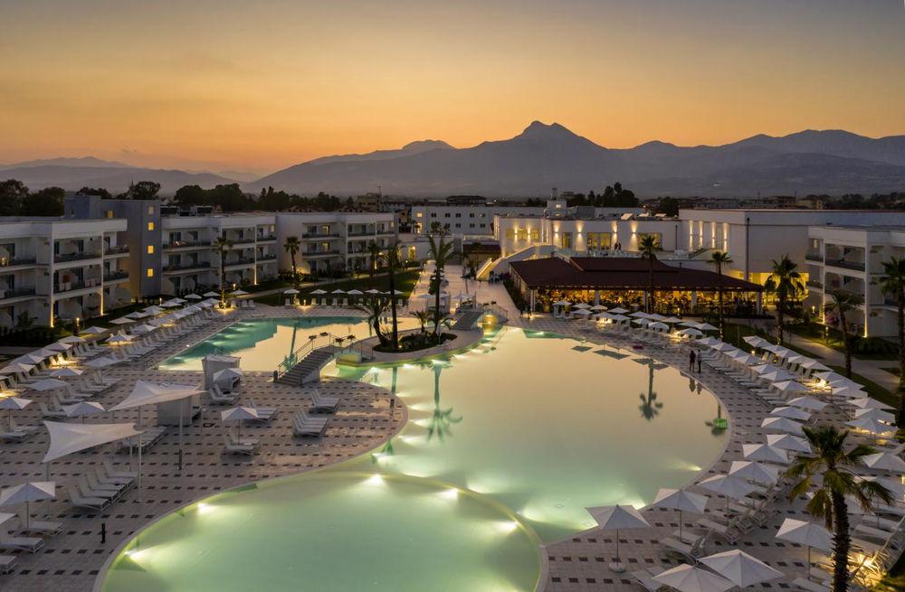 Aldiana Club Calabria Pool während Sonnenuntergang