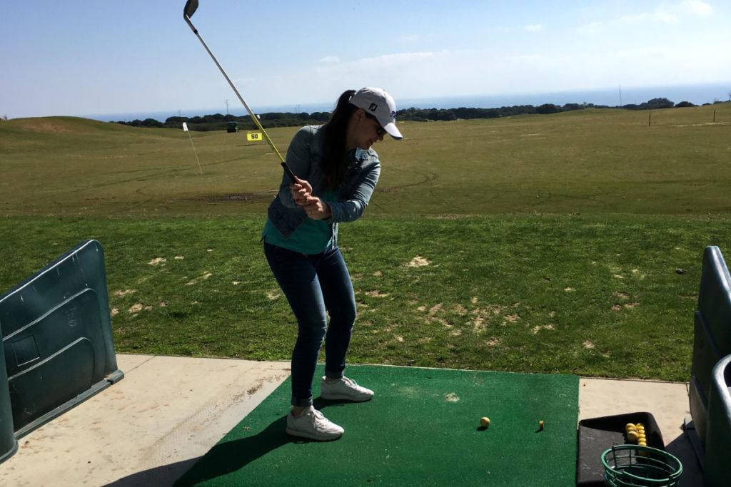 Viktoria beim Golfspielen